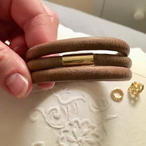 Fedt læderarmbånd, som går 3 gange rundt om armen. Magnetlukning, som gør det nemt selv at tage på. Passer til et håndled på ca. 16 cm. Medfølger 2 charms i forgyldt sølv, med ægte sten😊💎