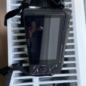 Sony Alpha A5100 systemkamera + 16-50 mm objektiv - sort   Sony Alpha A5100 systemkamera - kun brugt få gange. Købt i marts i år (2019), og virker perfekt. Kvittering følger med hvor der også er 3 års forsikring på kamerat (900,-), hvilket kan overdraget til ny ejer. Sælges fordi jeg ikke får det brugt nok.   Sony Alpha A5100 systemkamera med hybrid-fokus. Fantastisk billedkvalitet og hurtig billedbehandling. Det kompakte kamera har et udskifteligt objektiv, samt andre trådløse funktioner. 24,3 megapixels og optager video i Full-HD.  Indbygget WiFi og NFC - så man kan overfører billederne direkte til mobil/computer uden ledning.  Har stor 180º vippebar LCD-skærm.