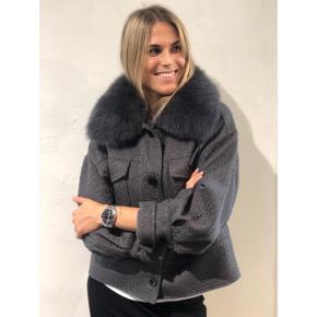 Sælger min smukke Meotine Charlie jakke i grå. Jakken er brugt få gange og fremstår i rigtig flot stand 💗  Str. M/L