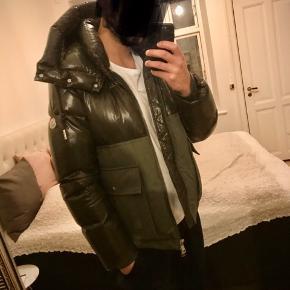 Næsten ny jakke sælges grundet køb af ny! Nypris 10450,-  Tags, kvittering, ekstra knapper medfølger.  Kun seriøse henvendelser!   Købt Januar 2019!