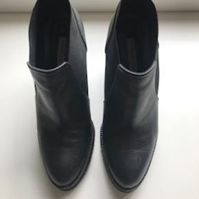 Fine læder støvletter i mærket Roberto Festa købt i Notabene. Kun brugt 1-2 gange og fremstår som nye. Nypris 1900 kr. en hel normal str 38. Hæl højde 10 cm plus plato foran på ca 1,5 cm