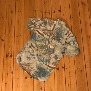 Pæn hawaii skjorte fra Pleasant. Brugt 3 gange og vasket. Palme og natur print. Rigtig cool 🌼