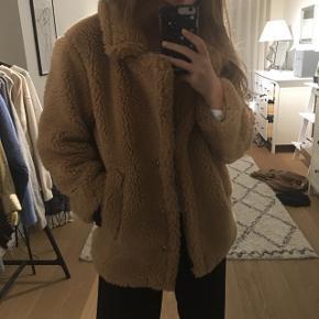 Sælger denne alt for fede jakke fra NA-KD (købt for noget tid siden, så kan ikke købes mere). Husker ikke nypris. Sælger kun da jeg ikke får den brugt. Sender pakker i morgen 💛