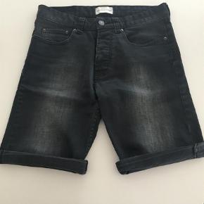 """Brand: Samsøe Samsøe Varetype: Denim shorts Størrelse: 28"""" Farve: sort Oprindelig købspris: 500 kr.  Super lækre sorte denim shorts fra Samsøe Samsøe. Rigtig fin stand."""