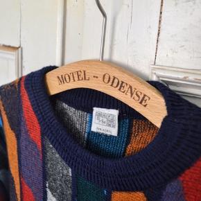 Sweateren er købt i en vintagebutik og jeg har aldrig selv brugt den, så den forekommer i god stand. Den er rummelig i størrelsen og svarer nok til en str. XL.   Kvalitet: 30% uld, 70% akryl  Længde: 71 cm  Kan afhentes i Aarhus C eller sendes