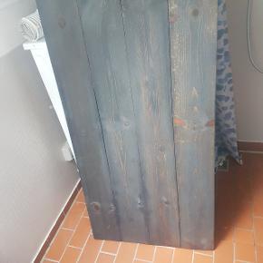 Plankebord i antracitgrå. Pladen står på løse bukke fra ikea, så det er nemt at pakke væk, hvis man skal bruge pladsen til noget andet  Kunne godt trænge til at blive malet op igen, antracitgrå bordpladeolie medfølger i prisen.  70x150