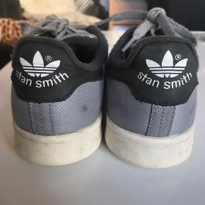 """Sælger mine """"sjældne"""" Adidas stan Smith, hvis rette bud kommer  Nyprisen var 1000 kr  Prisen er sat efter at de har nogle brune vand-pletter, men de kan godt komme af i vask"""