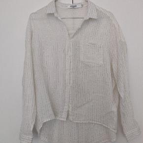 Fin skjorte i hvid m. guldstriber i str. S/M. Brugt en enkelt gang.