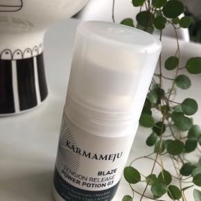 Karmameju - BLAZE Power Potion 03 🖤  Beskrivelse: BLAZE power potion 03 rulles direkte på huden. Den plejer huden og arbejder i dybden, hvor frigivende varme eller kulde vil opleves kort efter påføring på huden. Roll-on applikationen gør, at den let kan anvendes på farten. Anvend med eller uden massage og gerne i kombination med BOOST balm 03. Nakkespændinger, hovedpine og ømhed i kroppen er et hverdagsproblem, der rammer mange i tide og utide. Mange timer foran skærmen, afbrudt nattesøvn og hektiske dage med mange gøremål er kun få eksempler på, hvad der kan belaste vores krop og forårsage ubehag. Aromaterapien er kendt for at kunne stimulere krop og sind. Med dette for øje, har Karmameju udviklet BLAZE. Indeholder blandt andet djævleklo, arnica (volverlej), mentol, kamille, kamfer, økologiske hvedekim- og olivenolie, aloe vera og rosmarin-ekstrakt.  Byd gerne kan enten afhentes i Aarhus C eller sendes på købers regning 📮✉️