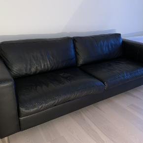 Læder sofa i sort farve  Købt 3 år siden og meget velholdt,ingen slid eller fejl, ny pris var 15000 🌺🌺 KOM MED REALISTISK BYD !!!!!!!! 🌺🌺 Flytte sælg  Bredde 220 cm Dyb 86 cm  Høj 40 cm
