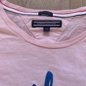 Fin lyserød t-shirt med blåt tryk med glimmer i.  Aldrig taget i brug.