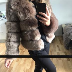Sælger denne jakke fra American dreams, modellen hedder Soho Faux Fur Kort jakke. Jakken fremstår ny, med tag. Str. Xs dog lille i størrelsen  Nypris 1549kr