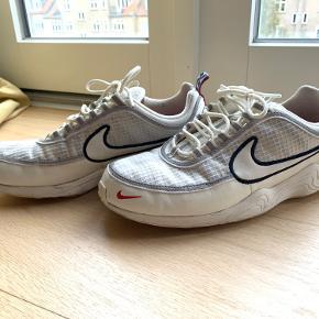 Nike spiridion sko sælges.  Gode beaters der ikke ser hærgede ud i forhold til prisen.  Forvent ikke en sko der ser ny ud, men forvent heller ikke gamle udtrådte såler og pletter der ikke kan vaskes af.