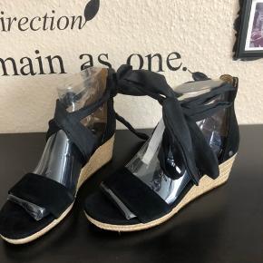 Str 40, sålen måler ca 26cm   Superfine sko med kilehæl fra UGG AUSTRALIA. De højhælede sko er fremstillet i ruskind og har en fin dekorativ sløjfe rundt om anklen. – Lynlås ved hælen Hælhøjde: 5 cm Plateau: 2 cm.  Nypris 969kr pr par  Mp 700kr + fragt pr stk + ts gebyr  KØB BEGGE PAR : 1000kr + fragt