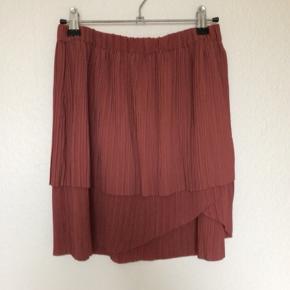 """Second Female """"Lira Pleated skirt"""". Meget fin nederdel.  Elastisk i livet.  —- Giver gerne rabat ved køb af flere ting :-)  Handler gerne via mobilepay.  Sender ikke billeder af mig selv og ønsker ikke byttehandler :-)"""