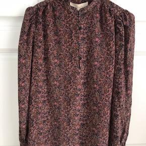 Fantastisk smuk silkeskjorte fra Vanessa Bruno. Brugt en gang. Fuldstændig som ny. Perfekt til både sommer- og vintergarderoben. Købt hos Cristels i Hørsholm.  Venligst se mine andre annoncer!