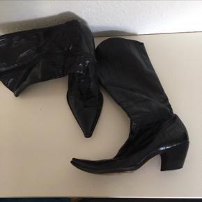 Lækreste cowboystøvler fra SAND str 38 Støvler i sort skind med krokopræg   Yderst fin stand   Nyp  2400kr   Sender gerne   Se sko og støvler i div str