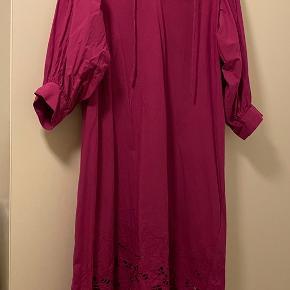 Smuk H&M kjole. Kjolen er en str. M men er oversize. Kjolen har været brugt én gang. 😊 Kom med et bud!