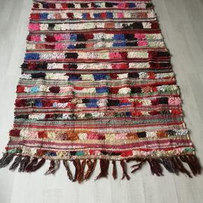 NY Håndlavet Marokkansk tæppe  Bomulds tæppe, berber tæppe boucherouite tæppe,  Kan vaskes i vaske maskine. 100 pct ren bomuld.   Se mine andre annoncer  Levering eller forsendelse med i prisen. 14 dage bytte garanti gives.  Tæppe måler 210 x 120 cm