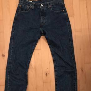 Levis 501 jeans Størrelse 30/32  Brugt 2-4 gange   Byd  Helst meetup  Skriv pb for bedre og flere billeder