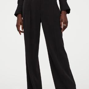 Sælger disse populære bukser fra H&M, som ikke har været brugt og kun lige er pillet prismærket af. Må erkende af de er alt for lange til mig, og derfor sælges de! De har en super flot pasform og falder super pænt