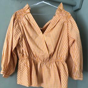 Bluse i gul/orange. StrXL - vil sige den passer både en L og XL. Aldrig brugt, stadig med prismærke.  Prisen er sat ud fra hvad jeg vil mene er en fair pris ift stand og nypris, men kom gerne med bud 😊