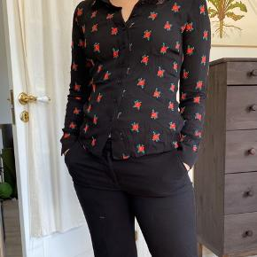 Sort skjorte med røde blomster🌸❤️