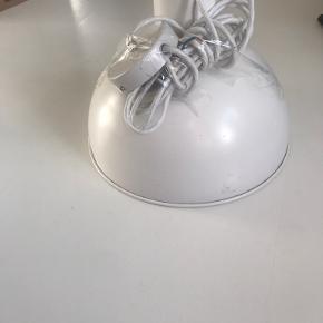Flot retro hvid dansk design lampe, velegnet som spisebordslampe Har lidt patina men er i rigtig god stand.  Udtræk og stofledning medfølger. Diameter: 34 cm