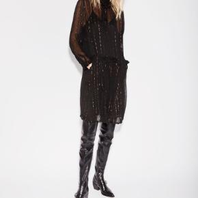 Helt ny kjole, silke med guldtråde, kan bruges med eller uden bånd i taljen. Underkjole medfølger. Bytter ikke :)