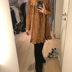 Ternet langærmet gingham kjole i flotte efterårsfarver, super cool med et par bukser under. Fitter en str. S  Aldrig brugt stadig med prismærke