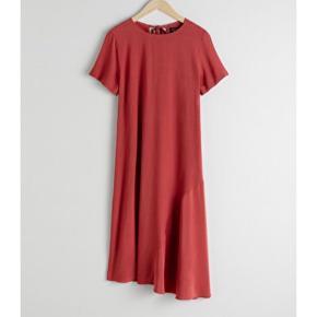 Sælger denne fine kjole. Kun brugt i et par timer til mit bachelorforsvar. Sælges da den ikke lige er mig alligevel. Det er den smukkeste farve og snittet er virkelig flot. Den kan både bruges til hverdag med sneaks og strik og til fest med et par høje sandaler.   Farve: Rustrød Str.: 38  Nypris: 495 kr.
