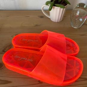 Super fede slippers fra ASOS.  Prøvet på et par gange men er aldrig blevet brugt udenfor!  Farven er pink/orange! 🌸
