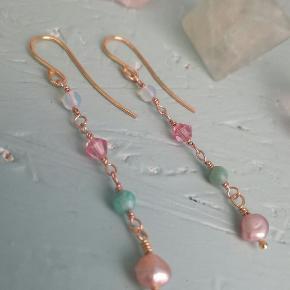 Smukke håndlavede øreringe lavet med upcycled krystaller og ferskvandsperler fra gamle smykker  Find flere på instagram @reviva_jewellery