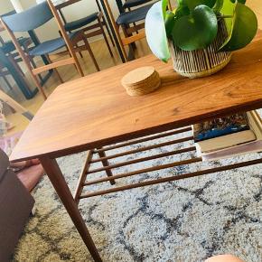 Flot teaktræs bord. Bordet har ikke store synelige skræmmer