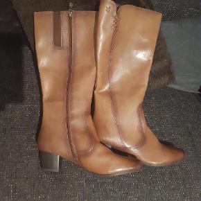 Caprice støvler, aldrig brugt. Str. 40,5. Man er velkommen til, at komme og prøve dem. Byd gerne