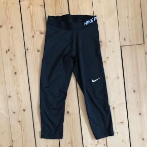 3/4 Nike Pro trænings tights, str S, brugt en gang og fremstår som nye.  Bytter ikke og sender kun på købers regning ☺️