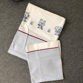 Baby sengetøj, med flotte broderinger  Størrelse: baby Mærke: Södahl Lukning: lynlås Stand: aldrig brugt   Det har en lille misfarvning i toppen. Dog er jeg ikke klar over om det kan gå af i vask (se sidste billede)  —————————————————————— - Sender med DAO - Betaling via Mobilpay - Ved TS handel betaler køber gebyr ——————————————————————