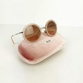 Super flotte miu miu solbriller.  Etui og dustbag følger med. Brugt en gang.