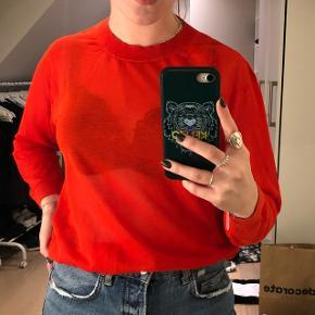 Rød gennemsigtig sweatshirt fra & other stories. Brugt 2 gange og fejler intet. Passer en S-m