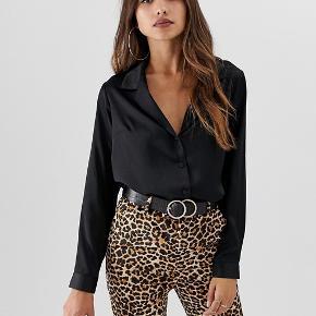 Skjorte i satin look fra ASOS. Størrelse UK18 / EU46.