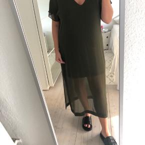 Smuk lang kjole fra ZARA, str. L - passes også af M. Brugt få gange. Der er underkjole under, så den ikke er gennemsigtig. Jeg er 165. Sender gerne.