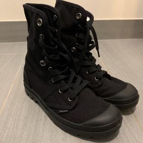 """Fede Palladium støvler i sort. Den kan """"knappes ned"""" så det bliver en kortere model.  Kun brugt én enkelt gang, men får dem ikke brugt, så de er stort set nye."""