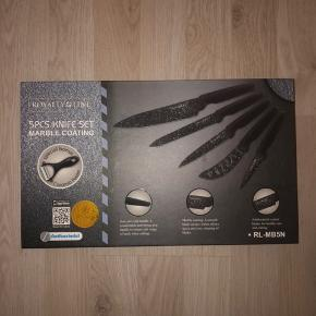 Knivsæt fra Royalty Line med 5 knive + en skræller. Marmor design. Aldrig brugt, altid ligget i æsken.  Sender gerne.