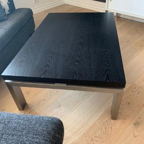 Sofabord til salg.   Pænt og velholdt. Der er dog en skramme på et hjørne (se sidste billede)  Mål: Brede: 81 cm  Længde: 121 cm Højde: 40 cm