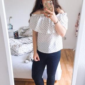 Super fin bluse fra Baum, som er off shoulder og som passer til nederdele, jeans osv 🌸