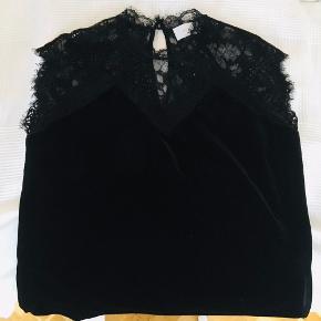 Rigtig flot sort velour bluse med blonde overdel fra Neo Noir. Løs form  Brugt en gang