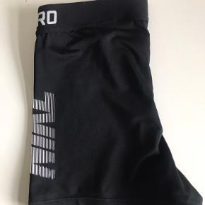 Sælger disse fine nike pro shorts da jeg ikke længere passer dem🤍  'Nike' printet på venstre side er ikke slidt - dog er 'dri-fit' printet en smule faded (det ser man ikke)