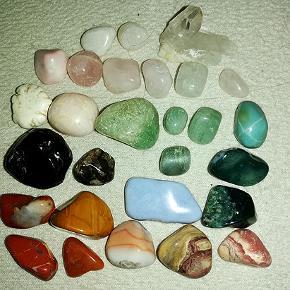 28 smukke sten til fremstilling af smykker Da jeg har fået for meget gigt i mine hænder sælger jeg resten af de sten jeg har brugt til smykkefremstilling. Navnene på dem husker jeg ikke mere