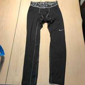 Nike Pro Combat, vinterudgave. Kan sagtens bruges som skiundertøj.  Der står M i men det er en junior model - så det svarer til 164.