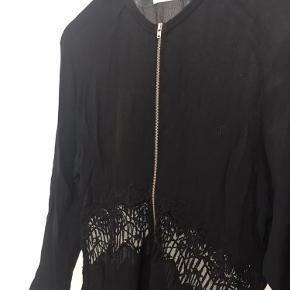 Fin kjole fra samsøe samsøe med blonde stykke ved maven og lynlås i front.